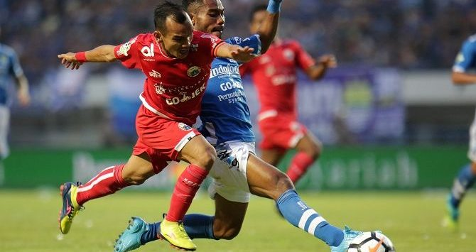 (Ilustrasi) Rivalitas Persib vs Persija sudah terlalu panas. (Chandra Satwika/Jawa Pos