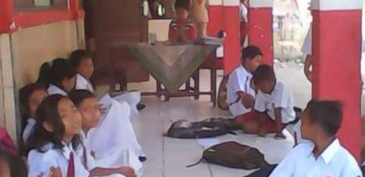 BELAJAR : Kekurungan ruang kelas, puluhan siswa SDN Jaya Makmur belajar di teras sekolah./Foto: KBE