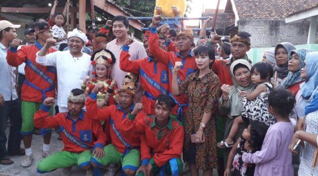 DEKLARASI: Ratusan seniman dan warga yang tergabung dalam Masyarakat Seni Budaya Subang (MSBS) mendeklarasikan dukungan terhadap Capres petahana Joko Widodo (Jokowi) dan Cawapres Ma'ruf Amin.