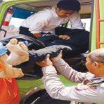EVAKUASI : Jenazah Endang Supriatna, sopir ekspedisi tengah dievakuasi dari dalam mobil yang dikendarainya. Sebelum meninggal Endang menghubungi kantor ekspedisi minta dikirim sopir cadangan karena dadanya sakit. GANI/RADAR KARAWANG