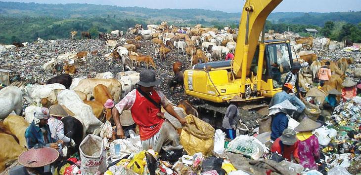 SORTIR: Salah seorang warga memilah sampah yang bisa dimanfaatkan untuk dijual. GANI/RADAR KARAWANG