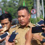 Tri Adhianto saat diwawancarai wartawan. (pojokbekasi.com)