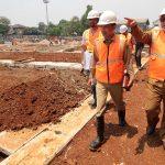 MENINJAU: Walikota Depok Mohammad Idris didampingi pejabat terkait saat meninjau proyek pembangunan Stadion Merpati, Jalan Gelatik Raya, Kelurahan Depok Jaya, Kecamatan Pancoranmas, Selasa (25/9/18). Ahmad Fachry/Radar Depok