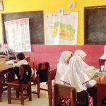 BELAJAR SENDIRI: Pelajar SDN Taman, Kecamatan Kadudampit, Kabupaten Sukabumi hanya diberikan tugas oleh pihak sekolah karena kurangnya tenaga pengajar karena ditinggalkan para guru honorer.