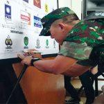 TANDA TANGAN : Anggota TNI menandatangani spanduk deklarasi Pemilu 2019 damai.Gani/Radar Karawang
