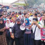 PROTES: Sejumlah guru honorer yang ada di Kabupaten Sukabumi pada saat melakukan unjuk rasa di depan kantor Dinsos Kabupaten Sukabumi, Selasa (25/9).