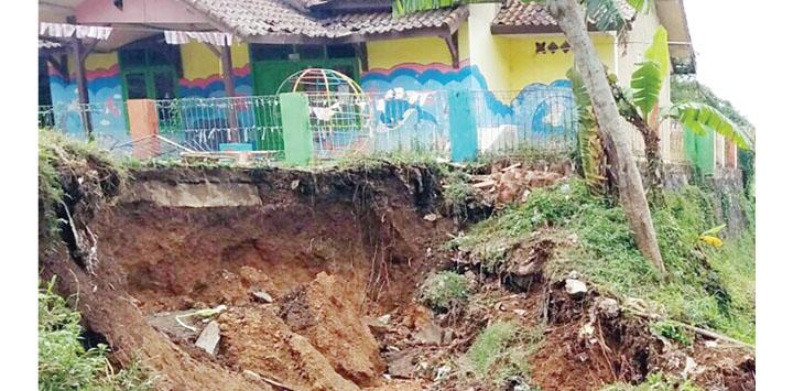 Intensitas curah hujan yang mulai tinggi, menyebabkan bencana alam longsor di Nyalindung, Sukabumi