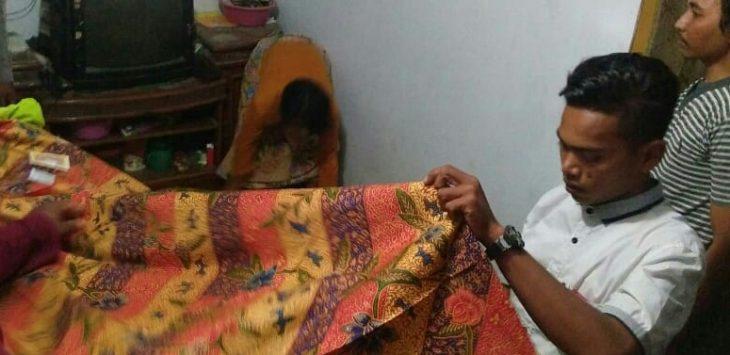 AW (14) saat akan di makamkan oleh keluarganya. Foto: Kirno/pojokjabar.com