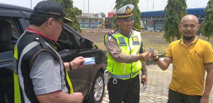 Kanit PJR Cipali AKP.Aziz Sarifudin saat memberikan door prize berupa e-tol senilai 75.000 kepada pengemudi