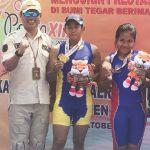 TUNJUKAN MEDALI : Ketua PODSI Kabupaten Purwakarta, H. Wibisono bersama atlet dayung Purwakarta. Gani/Radar Karawang