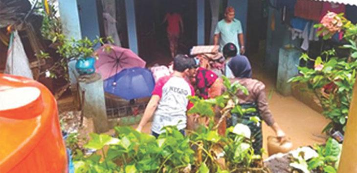 KORBAN: Sedikitnya 50 rumah warga menjadi korban dari banjir lumpur di Dusun Cipareuag Desa Sukadana, Kecamatan Cimanggung Selasa (23/10/18).