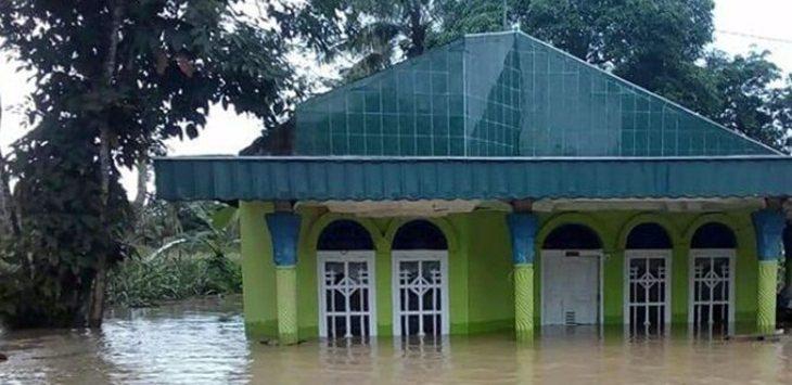 MELUAP: Hujan deras yang mengguyur Sumbar sejak sepekan terakhir mengakibatkan enam kabupaten dihantam banjir dan longsor sepanjang Kamis (11/10) hingga Jumat (12/10) dini hari./Foto: jpc
