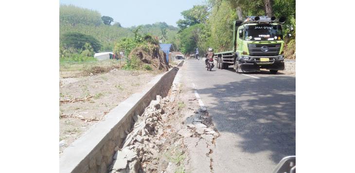 AMBROL: Kondisi pembatas Drainase yang baru satu minggu selesai di Jalan Limbang Manik, Desa/Kecamatan Bantargadung