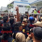 Massa berunjuk rasa di PT Keihin Indonesia, Senin (15/10/2018). (Andi Saddam/PojokBekasi.com)