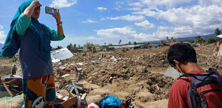 Warga mengabadikankondisi Petobo yang raib ditelan bumi akibat gempa-tsunami dan likuifaksi./Foto: Pojoksatu