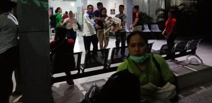Warga dan pasien di Rumah Sakit Budi Agung Kota Palu, behamburan keluar usai gempa, Kamis (11/10) malam./Foto: Medil