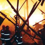 HANGUS TERBAKAR: Petugas Damkar dan Penyelamatan Kota Depok, memadamkan api yang membakar gudang pabrik daur ulang milik Iwan di RT05/RW05 Kelurahan Sawangan Baru, Sawangan, Rabu (17/10) dinihari. Api cepat merambat karena material mudah terbakar. Istimewa