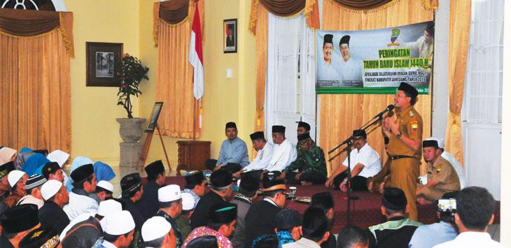 TATAP MUKA: Bupati Sumedang, Dony Ahmad Munir di hadapan ratusan guru ngaji. Bupati berharap insentif itu bisa lebih meningkatkan mutu pendidikan Islam dan kesejahteraan mereka yang tidak digaji oleh negara. Panji/Radar Sumedang