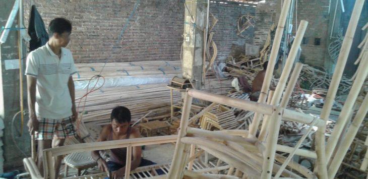 Pemilik usaha rotan Kuswanto (50) saat berada di tempat kerjanya. Foto: Yosep