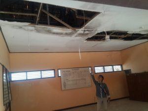Atap ruangan kelas SDN Gelatik yang rusak