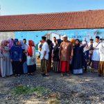 Sejumlah pejabat DKIS Kota Cirebon mengenakan sarung