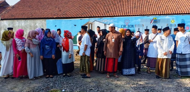 Sejumlah pejabat di Dinas Komunikasi Informasi dan Statistika (DKIS) Kota Cirebon mengenakan sarung dan baju muslimah memperingati Hari Santri Nasional (HSN). Alwi/pojokjabar.com