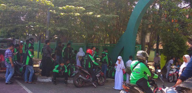 Ojeg online (Ojol) yang sedang menunggu penumpang di depan SMPN 4 Kota Cirebon. Menurut kesepakatan mereka dengan angkutan konfensional (Angkot) akhir 2017 lalu, Ojol tidak diperbolehkan menaikan penumpang di tempat tersebut. Alwi/pojokjabar.com