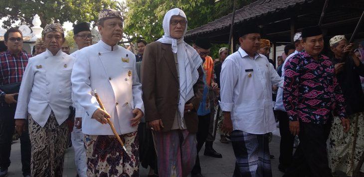 KH Ali Makhyar, Rois 'Am PBNU (pakai serban) saat berjalan menuju acara Festival Tajug di Alun-alun Keraton Kasepuhan. Alwi/pojokjabar.com