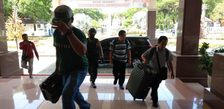 Kedatangan tim KPK saat hendak menggeledah ruang kerja Bupati Cirebon. Alwi/pojokjabar.com