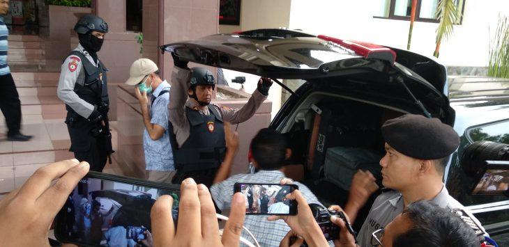 Sebuah mobil yang mengangkut barang bukti didapat dari penggeledahan ruang kerja Bupati Cirebon Sunjaya Purwadisastra. Alwi/pojokjabar.com