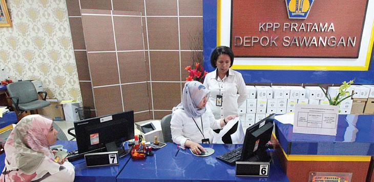 WAJIB BAYAR PAJAK: Salah seorang wajib pajak saat melakukan pengurusan berkas di KPP Pajak Depok Sawangan, Jalan Siliwangi, Kecamatan Pancoranmas, Senin (22/10/18). Ahmad Fachry/Radar Depok