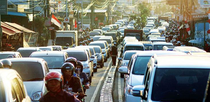 Sejumlah kendaraan saat terjebak kemacetan di Jalan Dewi Sartika, Kecamatan Pancoranmas. Ahmad Fachry/Radar Depok