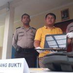 Kapolsek Komisaris Alin (kanan) dan Kanit Reskrip Iptu Jefri (baju kuning) menunjukkan barang bukti. (Andi Saddam/PojokBekasi)