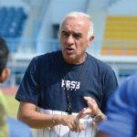 MEMBERI ARAHAN: Pelatih Persib Mario Gomez saat memberi arahan kepada sejumlah pemain. Istimewa