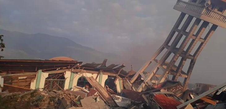 Masjid runtuh akibat gempa dan tsunami./Foto: ps