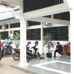 Mobil KPK warna hitam terpakir tepat di depan kantor DPUPR Kabupaten Cirebon./Foto: Kirno