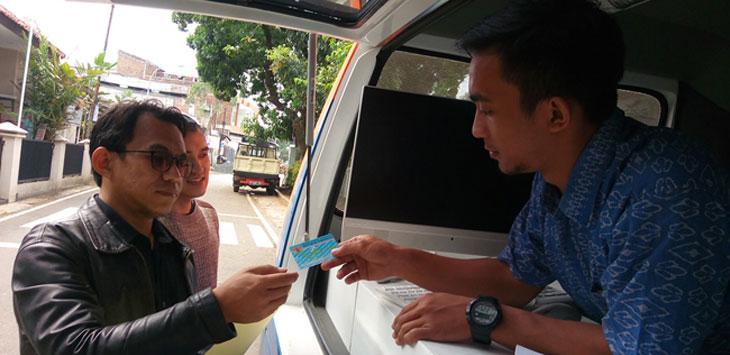 MELAYANI: Petugas Disdukcapil Kota Cimahi melayani warga. Rmo