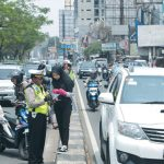 OPERASI ZEBRA 2018: Petugas menindak pengendara motor yang memakai jalur mobil pada Operasi Zebra Jaya 2018 di Jalan Margonda Raya, Selasa (30/10/18). Ahmad Fachry/Radar Depok
