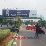 Juru parkir yang mengatur di putaran Jalan Ahmad Yani. (Muhammad Yakub/PojokBekasi.com)