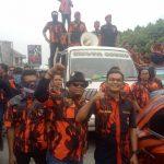 Massa oramas Pemuda Pancasila saat tertahan di Jembatan Bali, Cikarang Barat. (ist)