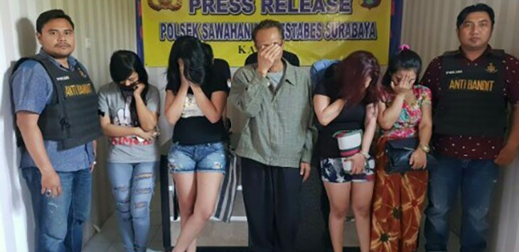 MASIH ADA: Imanuel dan empat PSK yang diamankan./Foto: jpc