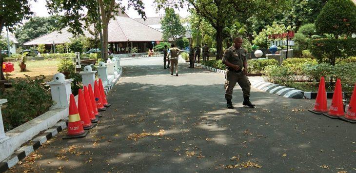 Tiga mobil robongan petugas KPK memasuki rumah dinas Bupati Cirebon. Foto: Kirno