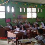 Suasana belajar di SDN Cikiwul 2 (Yurizkha Aditya/PojokBekasi)