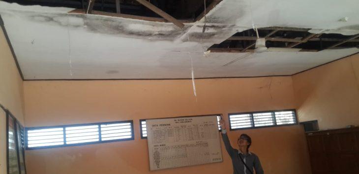 Atap salah satu kelas SDN Gelatik Kota Cirebon yang rusak./Foto:  Alwi
