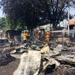 Petugas damkar saat mendinginkan sisa-sia lapak yang terbakar di Pasar Kalitanjung Kota Cirebon. Foto: Yosep/pojokjabar.com