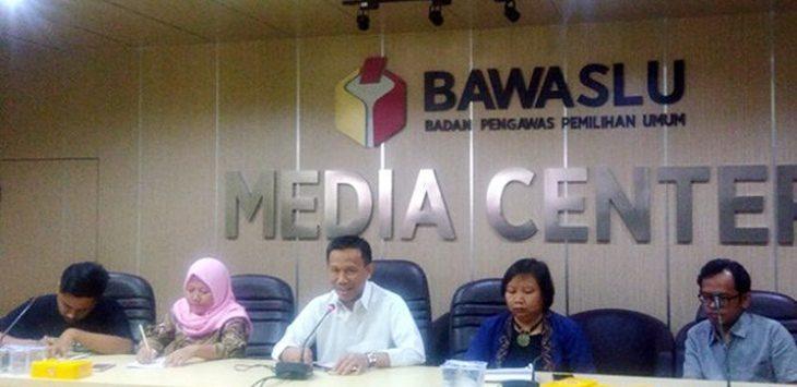 Dua dari kiri: Siti Badriah, mantan buruh migran menceritakan kesulitan para pembantu rumah tangga menggunakan hak suara saat pemilu. /Foto: jpc