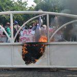 Pagar DPRD Kota Bekasi yang terbakar dalam aksi mahasiswa. (ist)