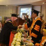 WISUDA: Rektor Unsur Prof Dr H Dwidja Priyatno sematkan tali toga saat Wisuda 747 lulusan Unsur, kemarin.