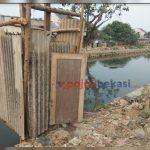 Salah satu WC pinggir kali di bilangan Kelurahan Kota Baru. (Yurizkha Aditya/PojokBekasi.com)