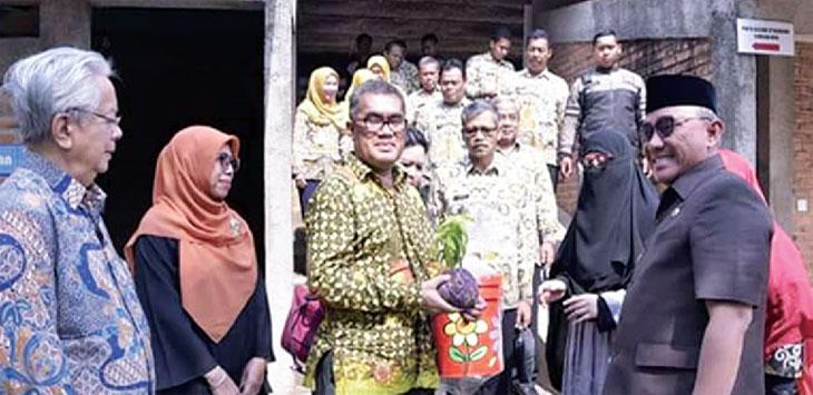 PENGEMBANGAN WISATA: Walikota Depok Mohammad Idris didampingi, saat berkunjung ke tempat wisata D'Kandang, kamis (11/10/18). Irwan/Radar Depok